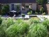 Verhoogde L-vormige vijver als omlijsting rondom terras