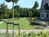 Door dit gazon in Oostvoorne in de lengterichting te maaien lijkt de tuin nog langer