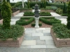 Aanleg van klassieke voortuin met verhoogde borders van granieten bielzen in Ouddorp