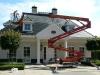 Het verwijderen van groene aanslag op het dak van een bungalow